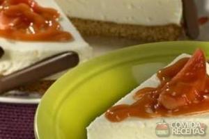 Torta mousse de queijo com molho de goiaba