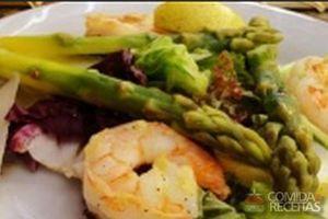 Salada de camarão com aspargo, abacate e chia
