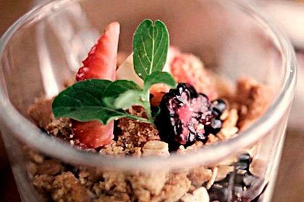 Verrine de frutas vermelhas e biscoito