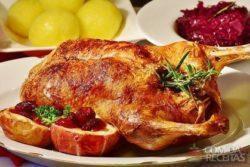 Pato assado com recheio de sálvia e cebola