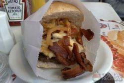 Hambúrguer com bacon e requeijão