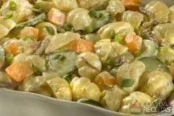 Salada de nhoque ao molho de iogurte com carne