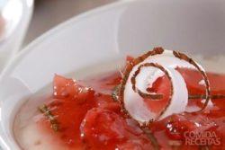 Sobremesa de coco com geleia de morango