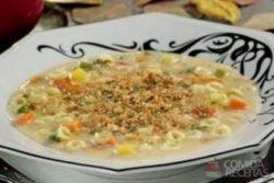 Sopa cremosa de legumes com queijo