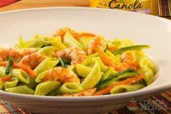 Penne com legumes, pesto de rúcula e camarão