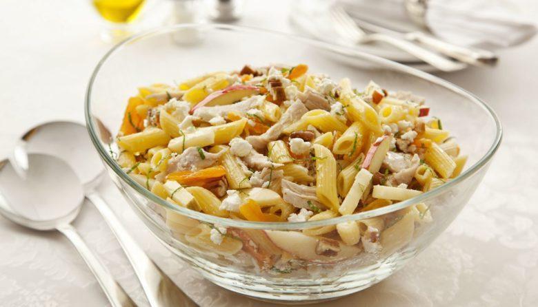 Salada fria de penne com peru e queijo de cabra