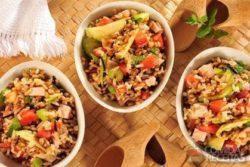 Salada de 7 Cereais com peito de peru, abobrinha, tomate e salsão
