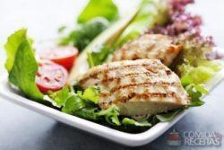Salada de frango marinado no óleo de café e tangerina