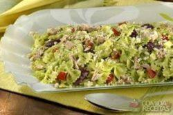 Salada de gravatinha ao pesto e atum
