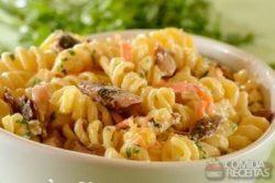 Salada de macarrão com sardinha especial