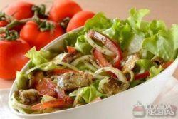Salada de sardinha com tomate e cebola