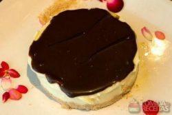 Torta Barcelona com farofa de castanha do Pará
