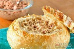 Pão italiano com queijo e atum