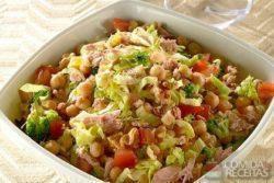 Salada de grão de bico com atum e brócolis