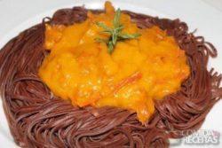 Spaguettini de cacau com molho de carne seca e abóbora
