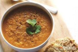 Sopa de coco e gengibre com curry