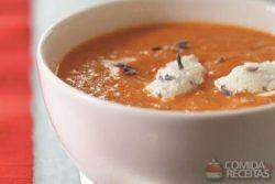Sopa de tomate e pimentão com queijo de cabra
