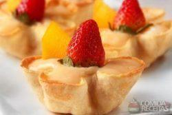 Cestinha de creme com frutas