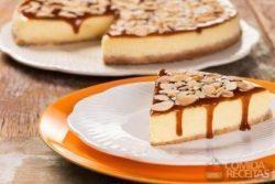 Cheesecake de coco com cobertura de caramelo e amêndoa