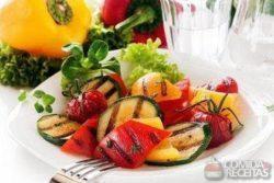 Salada colorida com limão e paillard