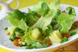 Salada verde com abacaxi e molho de gengibre