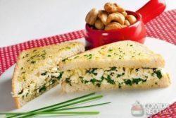 Sanduíche quente de espinafre e queijo