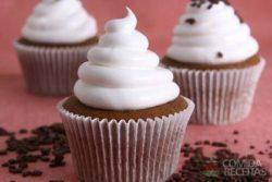 Muffin de chocolate com merengue italiano