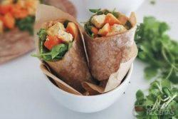 Wrap de tofu ao curry com papaia