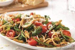 Espaguete com rúcula, nozes e tomate cereja no pote
