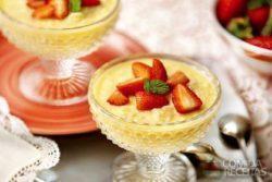 Arroz doce com suco de laranja e morango