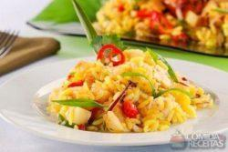 Salada thai de arroz e frango
