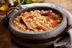 Cozido de grão-de-bico (puchero)