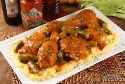 Polenta mole com frango e quiabo