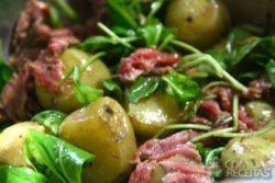 Salada de rúcula e batata com tagliata (filé selado)