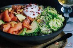 Salada de avocado com salmão, broto de alfafa e alface
