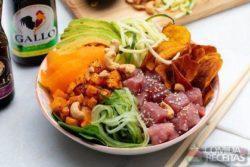 Poke bowl com chips de batata doce
