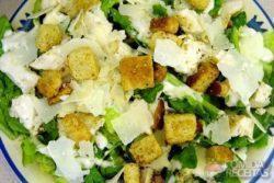 Salada caesar com picanha suína