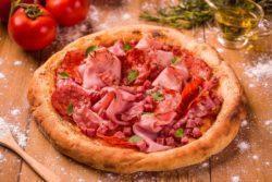 Pizza de embutidos