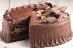 Bolo cremoso de chocolate e nozes
