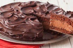 Bolo com recheio de mousse de chocolate