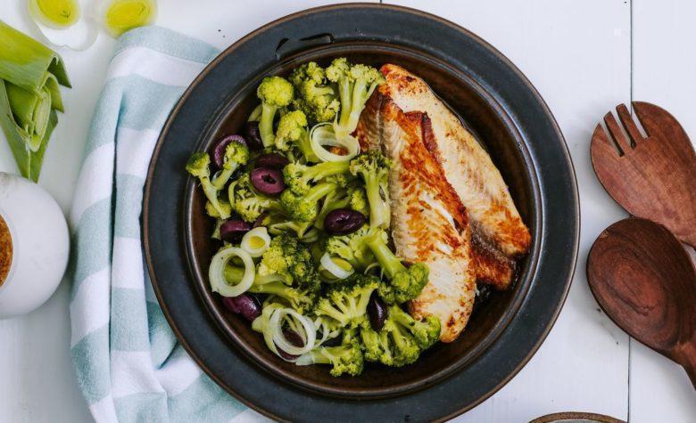 Filé de peixe com salada de brócolis