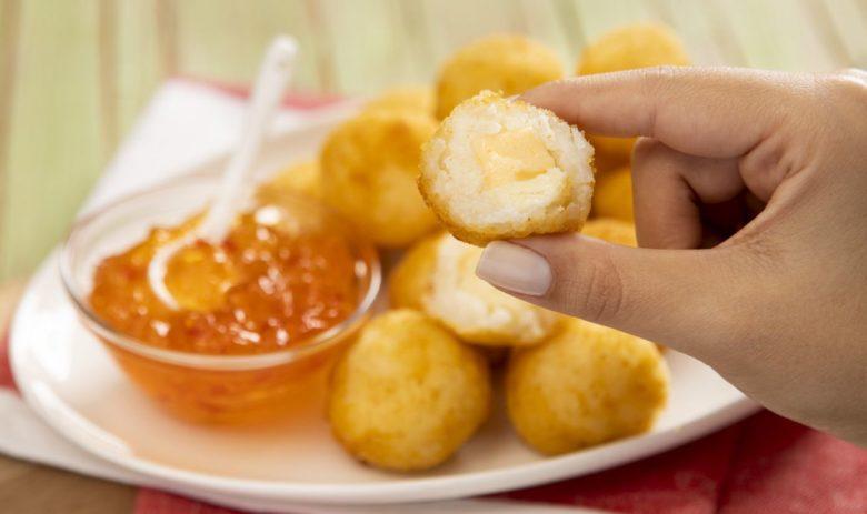 Arancini de queijo e geleia de pimenta