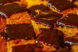 Bolo de cenoura com cobertura de chocolate especial