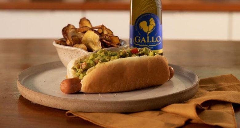 Cachorro-quente com guacamole e chips de batata-doce