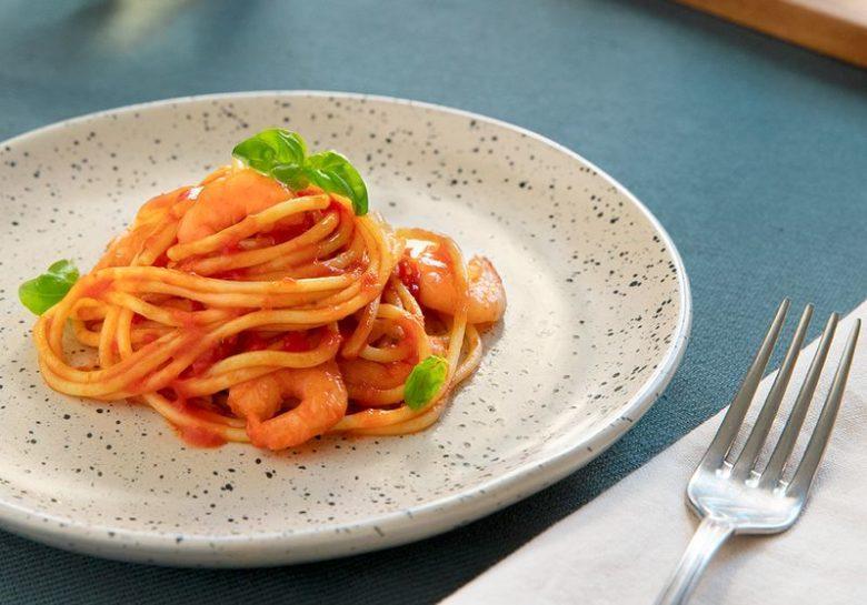 Espaguete com camarão e molho basílico