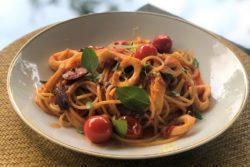 Espaguete com lula, tomatinhos e azeitonas