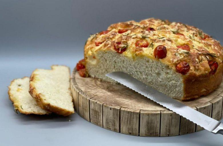 Focaccia de tomate, queijo e alecrim