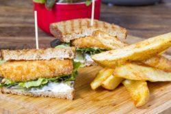 Sanduiche de peixe com maionese de aliche