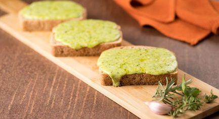 Pão de alho com queijo e ervas
