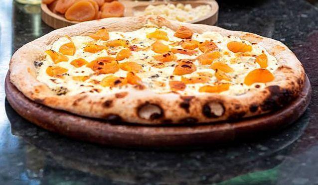 Pizza de damasco com gorgonzola